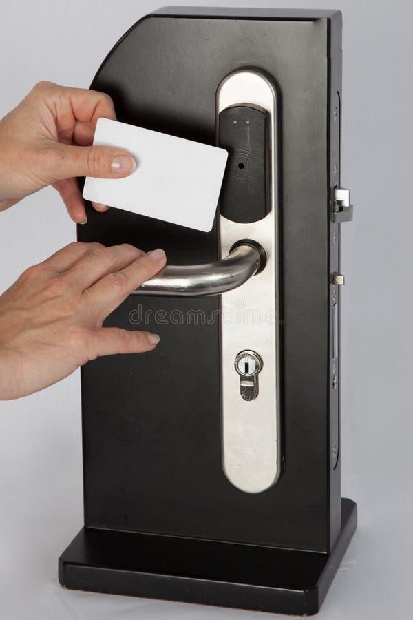 Tacto de la llave electrónica del control de la mano en la cerradura de cojín electrónica negra imágenes de archivo libres de regalías