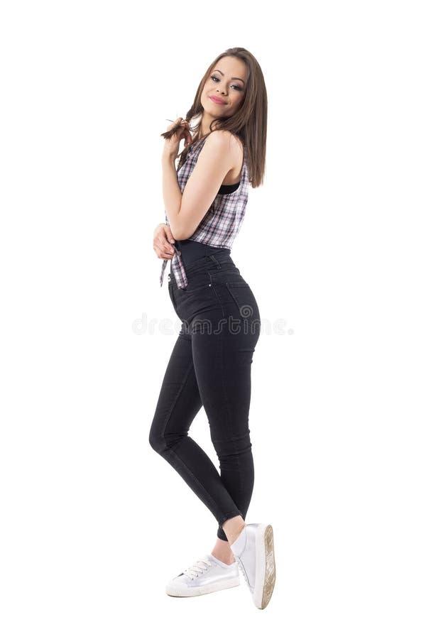 Tacto de moda elegante joven de la muchacha y pelo de giro que miran la cámara fotografía de archivo