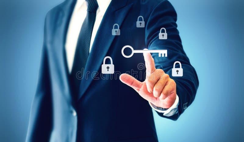 Tacto del hombre de negocios una llave virtual que representa el descubrimiento de la victoria o del éxito en negocio foto de archivo