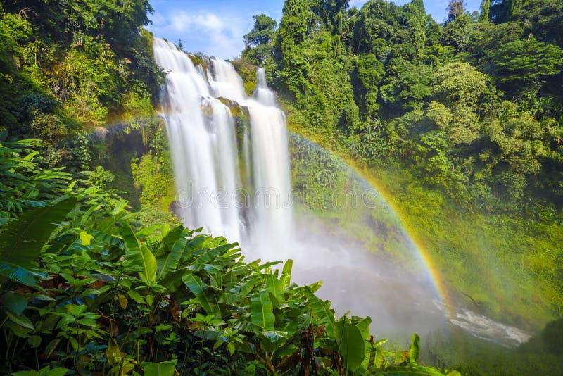 Tad gneuang waterval en regenboog in regenseizoen royalty-vrije stock afbeeldingen