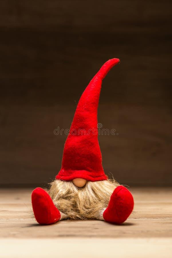 Tad rojo de la Navidad delante del fondo de madera oscuro fotografía de archivo