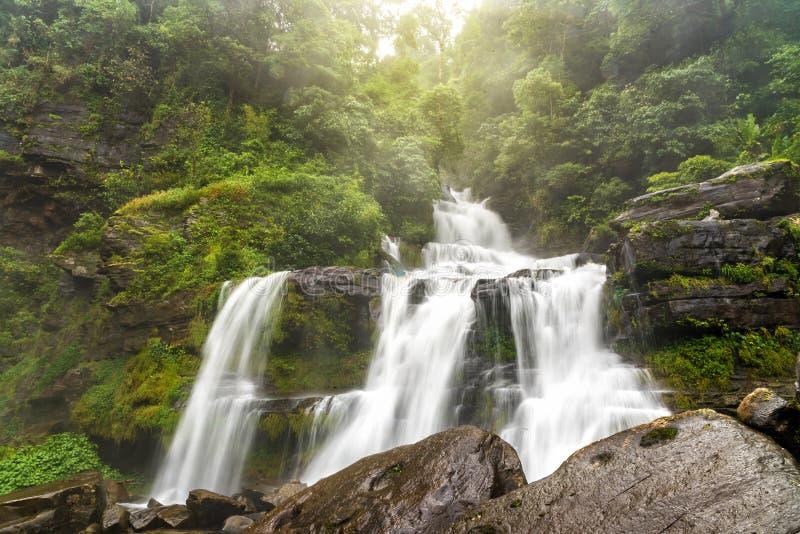 Tad Sua vattenfall, stor vattenfall för A i djup skog på den Bolaven platån arkivbilder