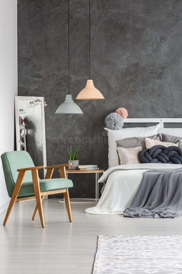 Tadelloser Stuhl der Weinlese im Schlafzimmer stockbild