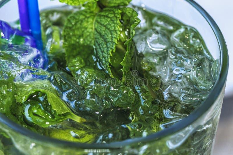 Tadelloses Diätgetränk des Detox, Cocktail, gesunde Sommerkühlvorrichtung, Abschluss oben stockbild