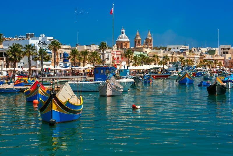 Taditional musterte Boote Luzzu in Marsaxlokk, Malta lizenzfreie stockfotos