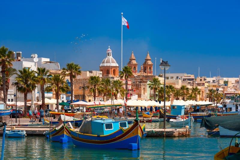 Taditional musterte Boote Luzzu in Marsaxlokk, Malta lizenzfreies stockfoto