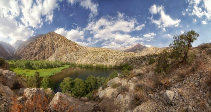 Tadzjikistan Fann berg, orm sjö arkivfoton