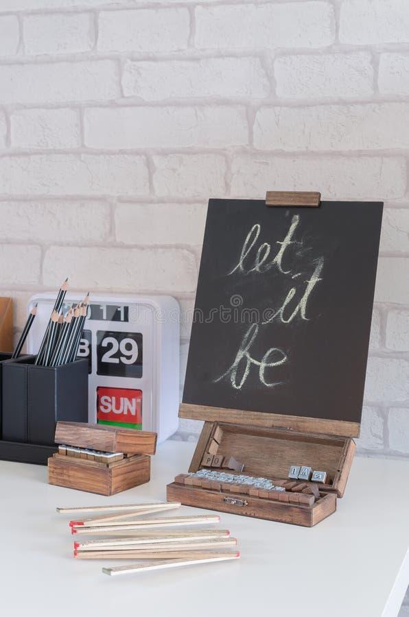 Tafel auf weißem Schreibtisch lizenzfreie stockfotografie