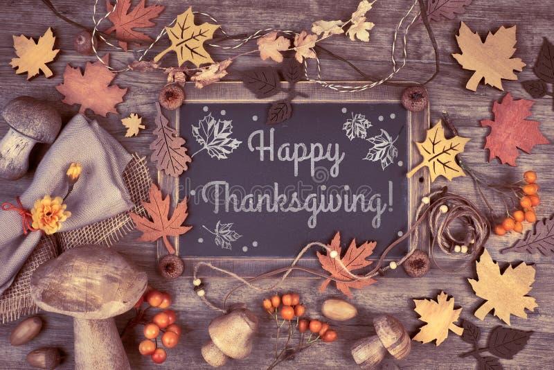 Tafel gestaltet mit Herbstdekorationen auf Holz, Text lizenzfreie stockfotografie