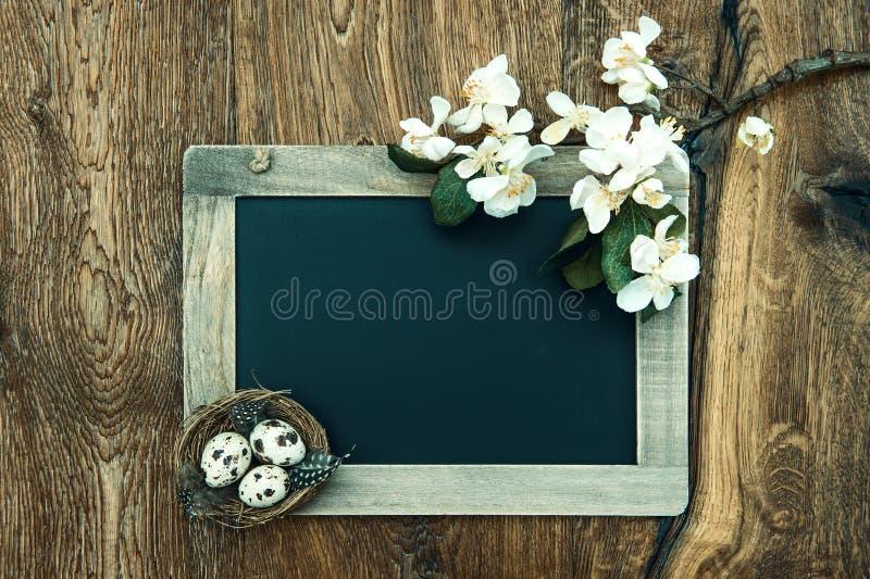 Tafel mit Apfelbaumblüte, Ostereier lizenzfreie stockfotografie
