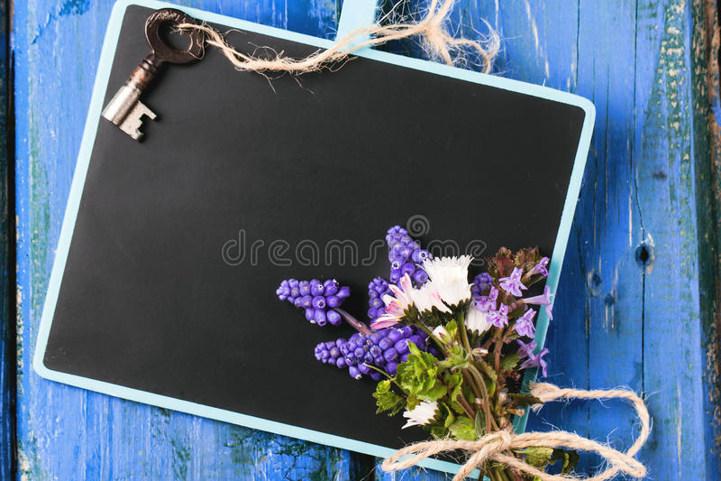 Tafel mit Blumen und Schlüssel lizenzfreie stockbilder