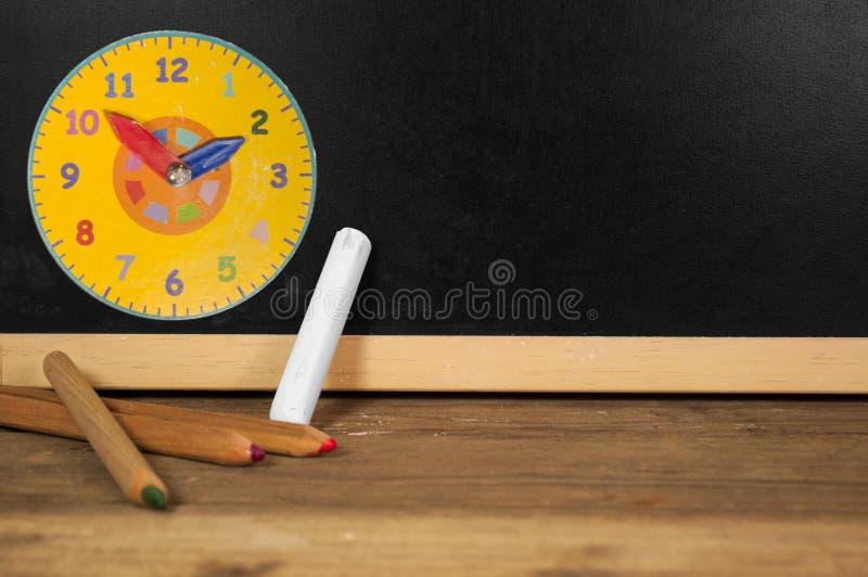 Tafel mit Kreide und Bleistiften stockfoto