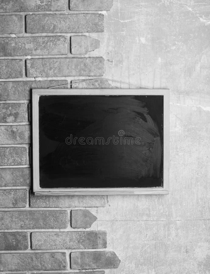 Tafel mit Platz für Text auf Ziegelstein und strukturiertem Hintergrund stockfotografie