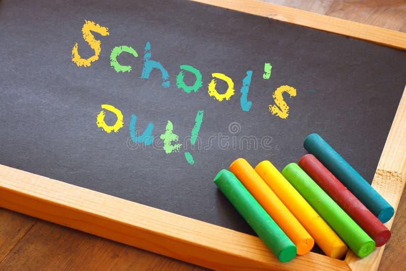 Tafel mit Schulen heraus simsen geschrieben in bunte Buchstaben stockfotos