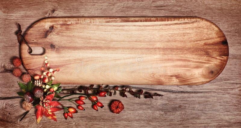 Tafel mit Textraum und Herbstdekorationen auf Holz stockfotografie