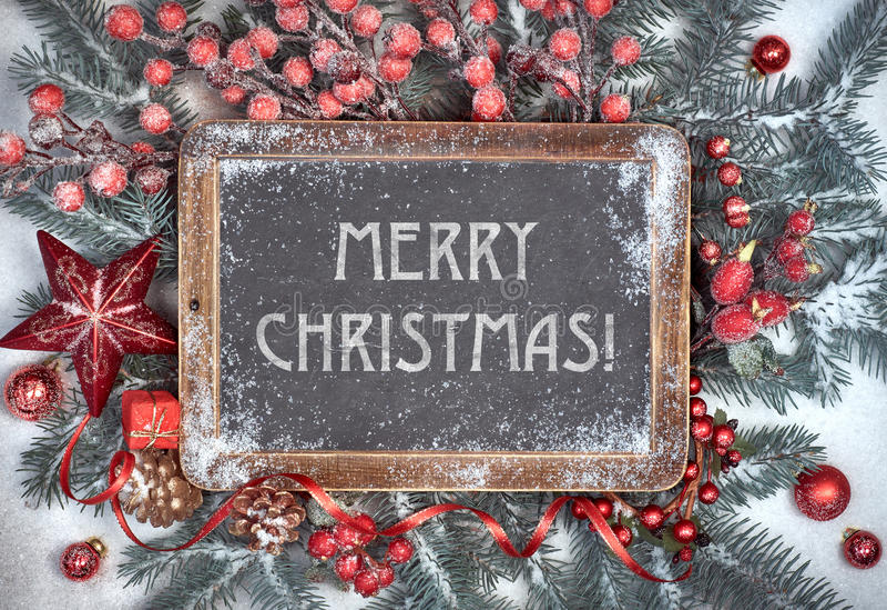 Tafel mit Weihnachtsdekorationen auf Schnee, Text stockfotografie