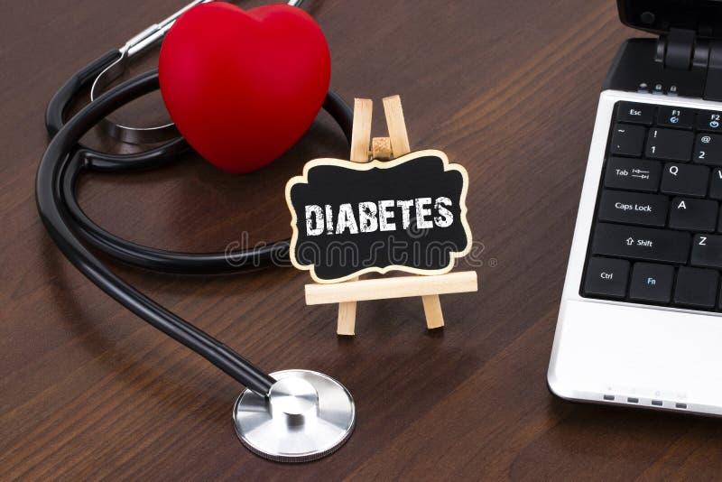 Tafel mit Wortdiabetes und -stethoskop Stethoskop liegt auf Set Geld lizenzfreie stockfotos