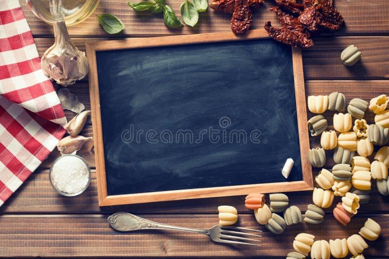 Tafel und italienische Lebensmittelinhaltsstoffe stockfotos