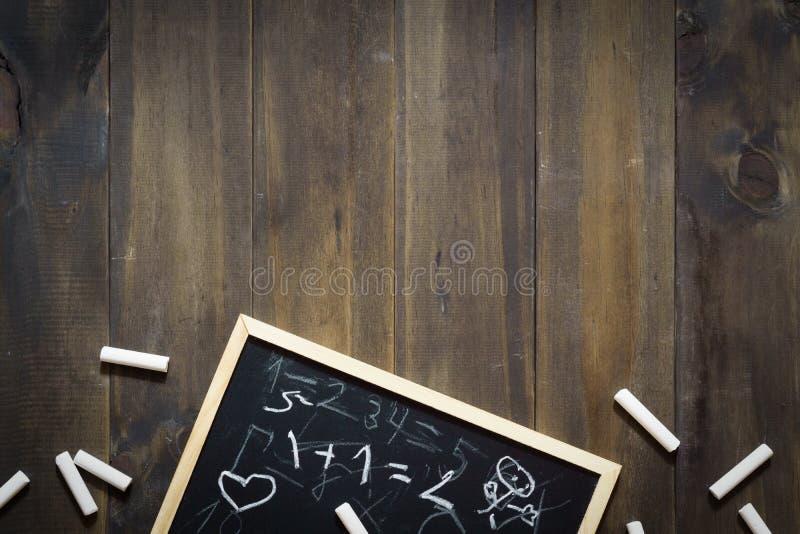 Tafel und Kreide mit der Mathematik geschrieben von den Kindern rückseite lizenzfreie stockfotos