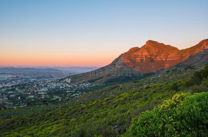 Tafelberg bei Sonnenuntergang, Cape Town, Südafrika stockfotos
