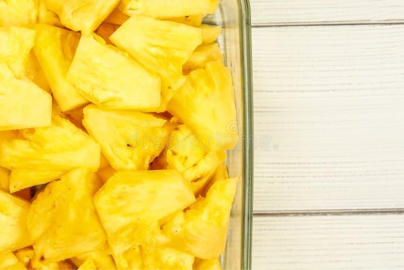 Tafelbladmening - sluit omhoog van rijpe die ananas in stukken, in g wordt gesneden stock foto