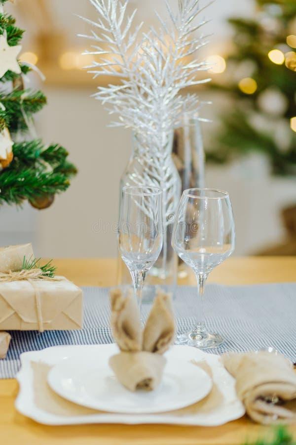 Tafelgerei met kerstmis in de woonkamer stock fotografie