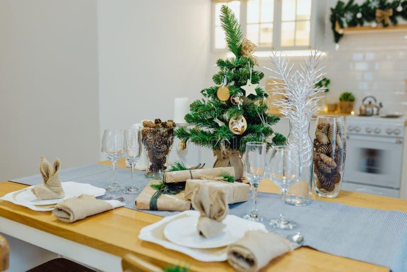 Tafelgerei met kerstmis in de woonkamer royalty-vrije stock afbeelding