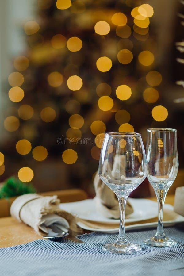 Tafelgerei met kerstmis in de woonkamer royalty-vrije stock afbeeldingen
