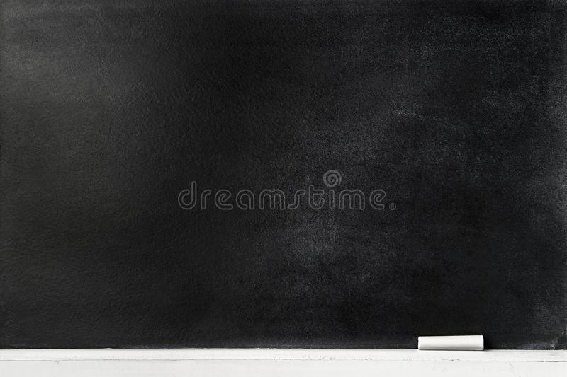 Tafelhintergrund mit Kreidestift auf dem Rand lizenzfreies stockfoto