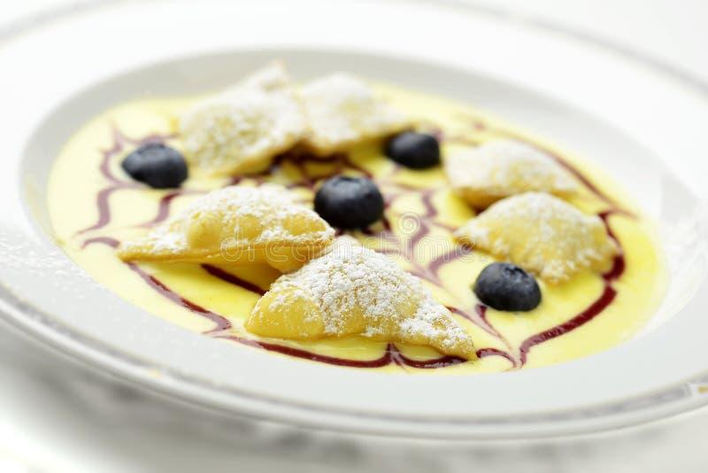 Tafelobstravioli auf englischem Vanillepudding lizenzfreies stockbild