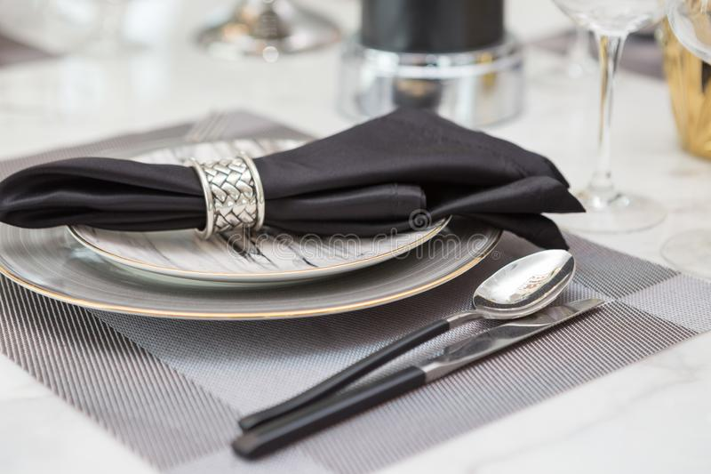 Tafelsilber- und brasswaresatz auf Luxusspeisetische lizenzfreie stockbilder