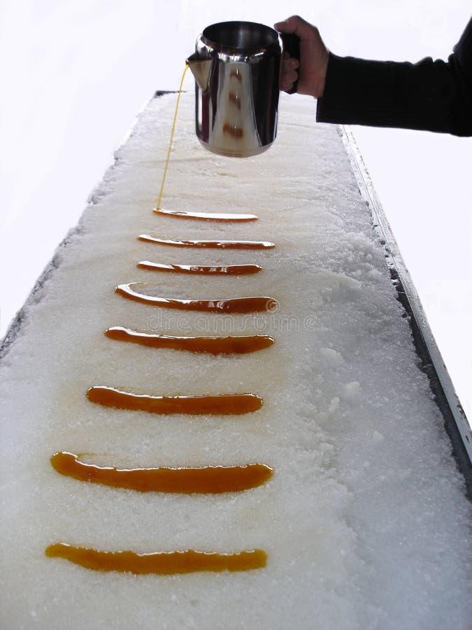 Taffy d'érable sur la neige. photographie stock