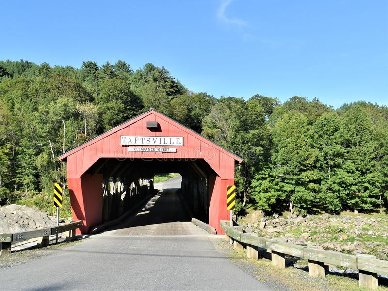 Taftsville被遮盖的桥在Taftsville村庄在伍德斯托克,温莎县,佛蒙特,美国镇  图库摄影