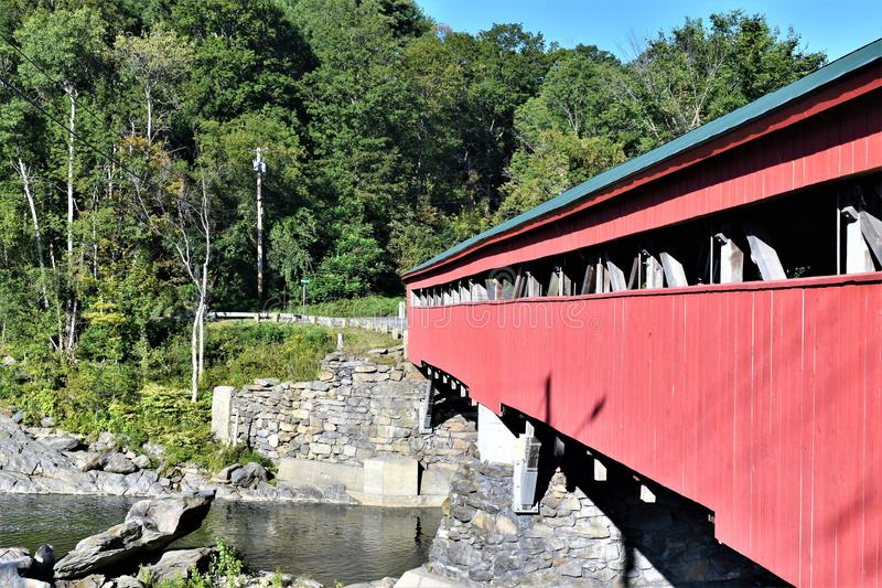 Taftsville被遮盖的桥的边在Taftsville村庄在伍德斯托克,温莎县,佛蒙特,美国镇  库存照片