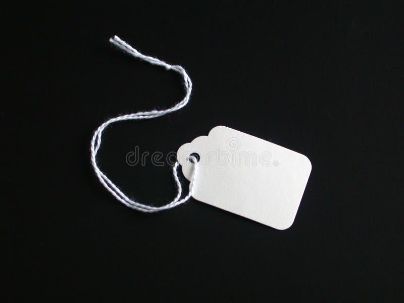 Tag branco em um fundo preto