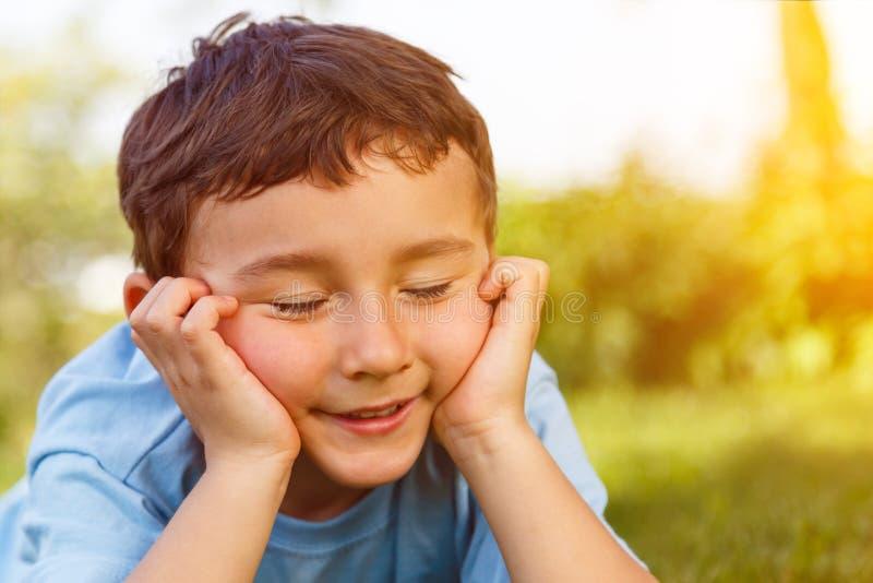 Tag des Kinderkinderkleinen Jungen träumendes denkendes c träumend im Freien lizenzfreie stockfotografie