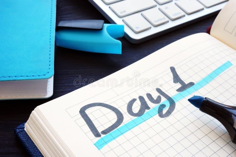 Tag 1 handgeschrieben in einer Anmerkung Zeit, neues zu beginnen lizenzfreie stockfotos