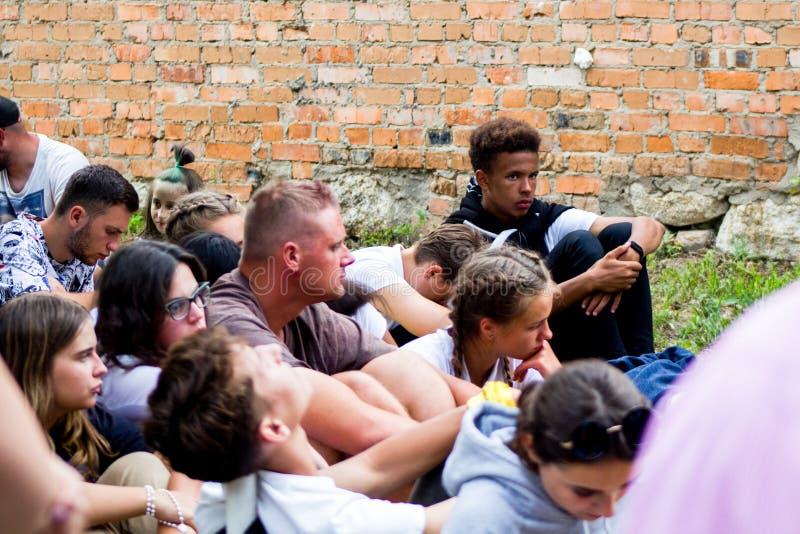 Tag, Jugend, Leute, Frieden, Liturgie, Feiertag, Ukraine, Bedichev, Kloster von barfüßigcarmelites, katholisch, Massen, Vati, Sit stockfoto