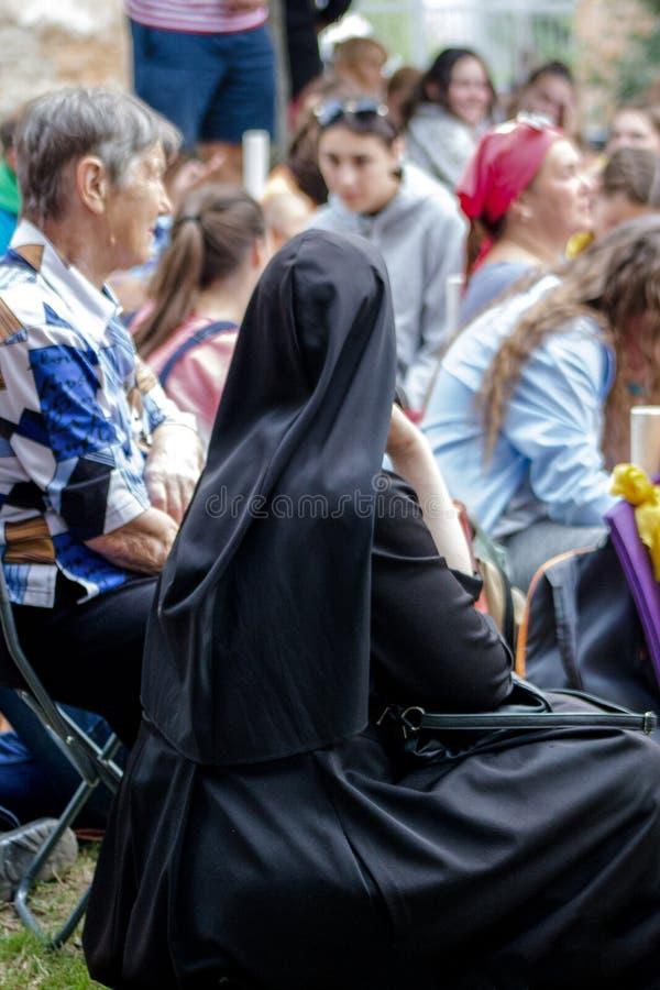 Tag, Jugend, Leute, Frieden, Liturgie, Feiertag, Ukraine, Bedichev, Kloster von barfüßigcarmelites, katholisch, Massen, Vati, Sit lizenzfreie stockfotos