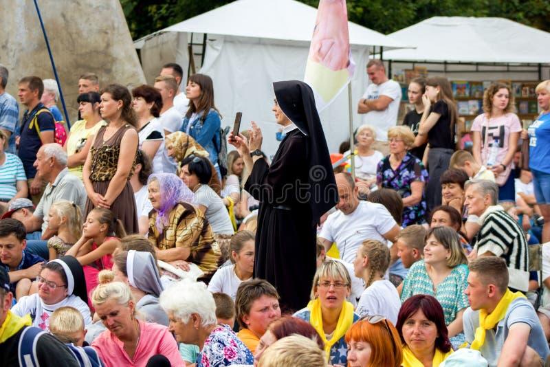 Tag, Jugend, Leute, Frieden, Liturgie, Feiertag, Ukraine, Bedichev, Kloster von barfüßigcarmelites, katholisch, Massen, Vati, Sit stockfotos