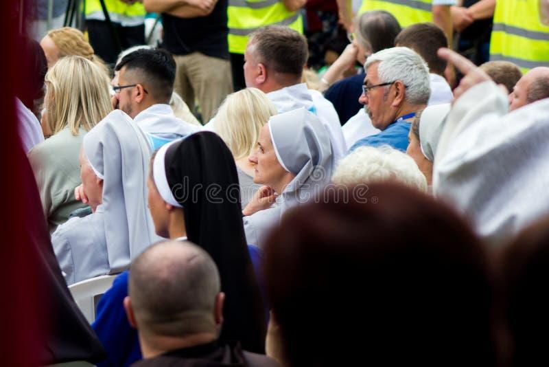 Tag, Jugend, Leute, Frieden, Liturgie, Feiertag, Ukraine, Bedichev, Kloster von barfüßigcarmelites, katholisch, Massen, Vati, Sit lizenzfreies stockfoto