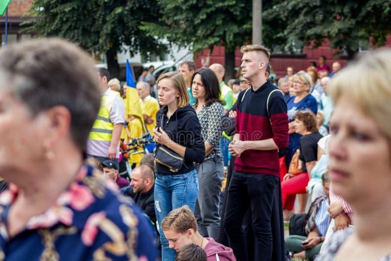 Tag, Jugend, Leute, Frieden, Liturgie, Feiertag, Ukraine, Bedichev, Kloster von barfüßigcarmelites, katholisch, Massen, Vati, Sit stockbilder