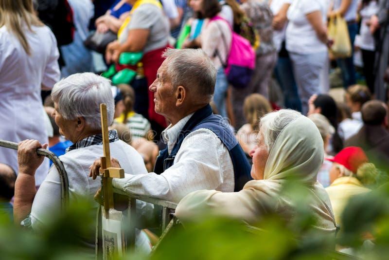 Tag, Jugend, Leute, Frieden, Liturgie, Feiertag, Ukraine, Bedichev, Kloster von barfüßigcarmelites, katholisch, Massen, Vati, Sit stockfotografie