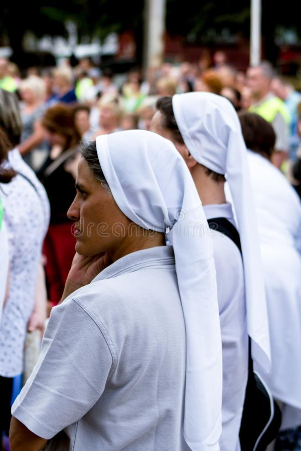 Tag, Jugend, Leute, Frieden, Liturgie, Feiertag, Ukraine, Bedichev, Kloster von barfüßigcarmelites, katholisch, Massen, Vati, Sit stockbild