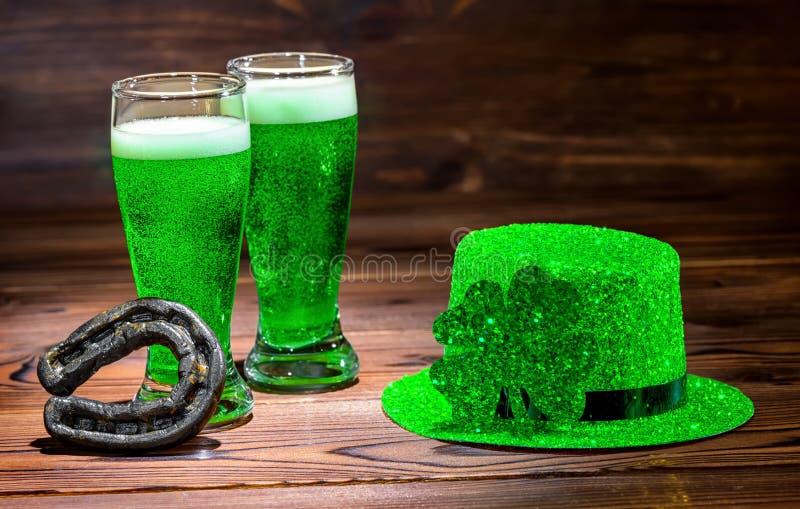 Tag St. Patricks mit Gläsern grünem Bier, Blattklee, helles L stockbilder
