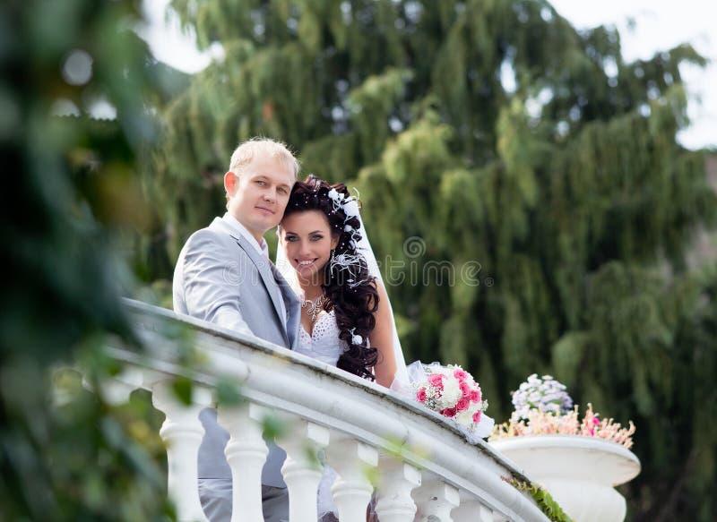 Am Tag von ihnen Hochzeit gerade geheiratet lizenzfreies stockbild