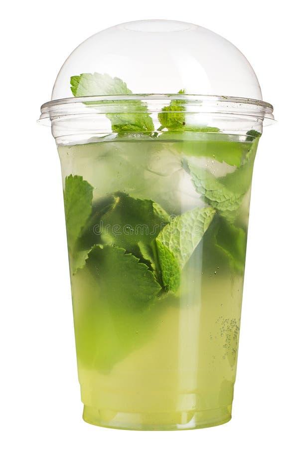Tagande-bortdrink Uppfriskande drink i en plast- kopp Minty coctail arkivfoto