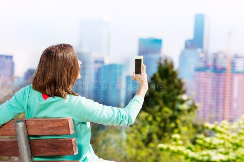 Tagandeselfie för ung kvinna med Seattle på bakgrund royaltyfri foto
