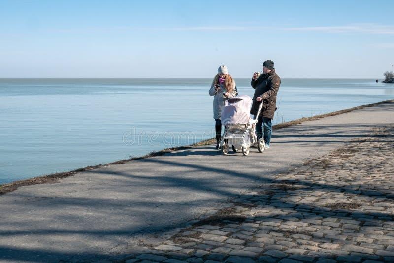 Taganrog, Rosja - 05 03 19: męża i żony spacer z spacerowiczem wzdłuż bulwaru zdjęcia stock