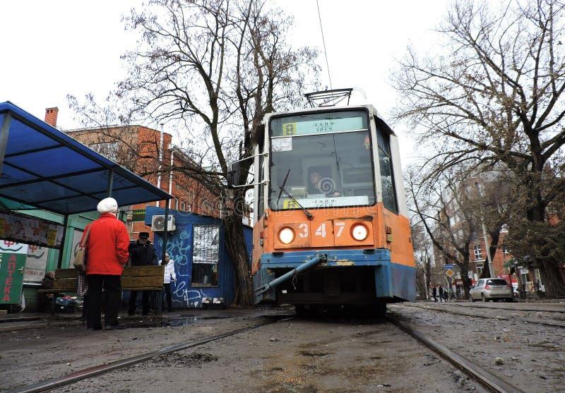 Taganrog, Rusia, - 1 de abril de 2019: la tranvía vieja en la parada imágenes de archivo libres de regalías